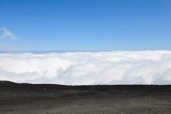 从一座山的峰顶的看法在云彩的 免版税库存图片