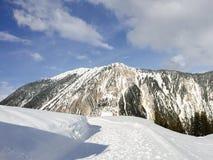 一座山的看法从雪道路的  库存图片