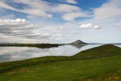 一座山的看法在一个距离的在Myvatn湖,冰岛附近 免版税库存图片