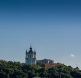 一座山的美丽的教会与反对蓝天bac的树 库存图片