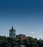 一座山的美丽的教会与反对蓝天bac的树 库存照片