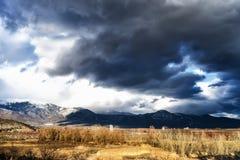 一座山的美好的风景图象与喜怒无常的天空的在希腊 库存照片