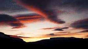 一座山的Sihouette在日落的 库存照片