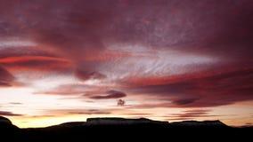 一座山的Sihouette在日落的 免版税库存照片
