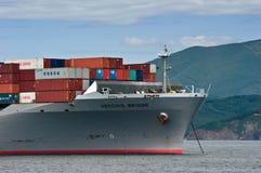 一座巨大的集装箱船Vecchio桥梁的弓在停住的在路 不冻港海湾 东部(日本)海 02 08 2015年 免版税库存照片