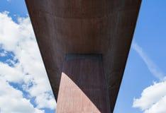 从一座巨大,具体桥梁下面的透视反对夏天天空 库存照片