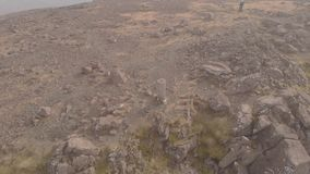 一座庄严巨大的岩石曼诺山的山顶trig点的空中圆英尺长度在苏格兰Bla Bheinn 影视素材
