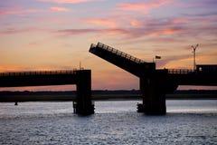 一座开放吊桥的剪影 图库摄影