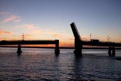 一座开放吊桥的剪影 库存照片