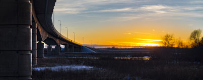一座形成弧光的桥梁在晚上 免版税库存图片