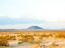 一座很远山在沙漠 免版税库存图片