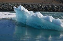 一座惊人的冰山的侧视图在盐水湖 图库摄影