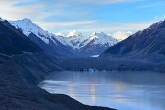 一座收缩的塔斯曼冰川和周围的雪山在坎特伯雷, 免版税库存图片