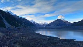 一座收缩的塔斯曼冰川和周围的雪山在坎特伯雷 库存图片