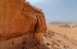 一座整体山的高分辨率空中照片综合全景在瓦地伦沙漠储备的中心地区  库存照片