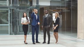 一座新的现代办公楼的介绍的商务伙伴 影视素材