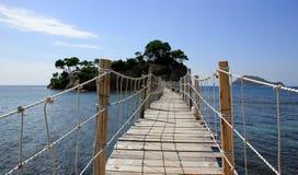 一座桥梁到有浮雕的贝壳海岛在扎金索斯州 免版税库存照片