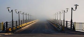 桥梁到雾里 库存图片
