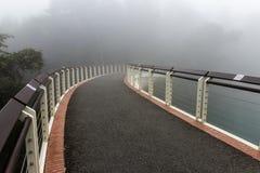 一座桥梁到雾里 免版税库存照片