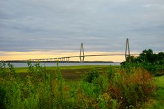 一座桥梁在太阳集合的查尔斯顿 库存照片