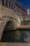 一座桥梁在威尼斯意大利在夜之前 免版税库存照片