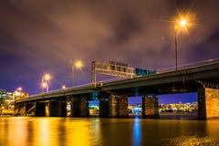 一座桥梁在晚上在华盛顿特区, 库存图片