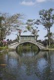 一座桥梁在Tirta Gangga公园 库存照片