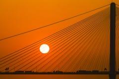 一座桥梁的剪影在落日下的 免版税库存照片