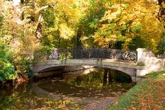 一座桥梁的图片在Nymphemburg公园的 库存照片