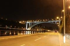 一座桥梁的夜视图在波尔图-葡萄牙 免版税图库摄影