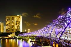一座桥梁的夜视图在HDR的新加坡 免版税库存图片