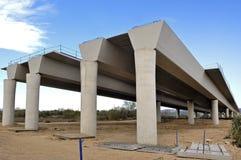 一座桥梁的建筑在高速公路的 免版税库存照片