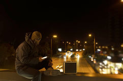 一座桥梁的恐怖分子带着手提箱 图库摄影