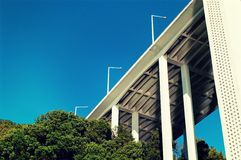 一座桥梁的抽象看法在蓝天的 库存照片