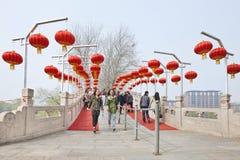 一座桥梁的有红色灯笼的,北京,中国两个女孩 免版税图库摄影