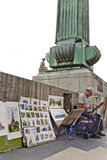 一座桥梁的法国街道图画绘画艺术家在巴黎 免版税库存照片
