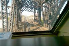一座桥梁的看法有轨道的通过窗口 免版税库存照片