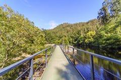一座桥梁的纵向看法在山s的一个宽部分的 库存照片