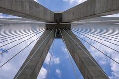 一座桥梁的缆绳和定向塔,从轰鸣声 免版税图库摄影