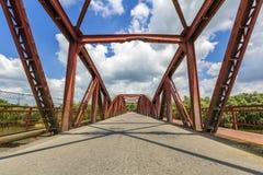 一座桥梁的金属结构内部在晴天 Perspectiv 免版税库存图片