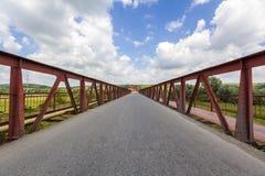 一座桥梁的金属结构内部在晴天 Perspectiv 免版税库存照片