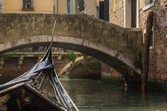 从一座桥梁的长平底船的看法在威尼斯 库存照片