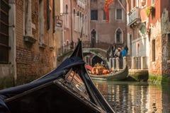 从一座桥梁的长平底船的看法在威尼斯 库存图片