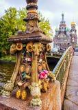 一座桥梁的细节在背景教会的圣彼德堡  免版税库存照片