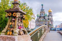 一座桥梁的细节在背景教会的圣彼德堡  免版税库存图片