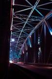 一座桥梁的细节有路的汽车的在晚上 许多光 免版税库存图片