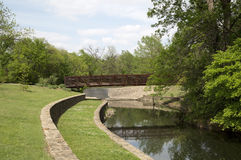 一座棕色桥梁在公园 免版税库存图片