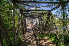 一座步行透雕细工金属桥梁,附近的Tarusa,俄罗斯 库存照片
