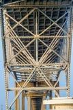 一座沿海弓弦桥梁的下面的钢和铁工作的复杂几何样式 库存照片