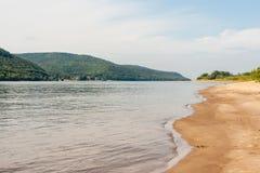 一座波浪沙子海岸线、绿色树木繁茂的Zhiguli山和伏尔加河的河床 免版税图库摄影